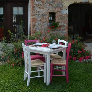 Berna White Table + 2 white and 2 fuchsia wooden straw seat Chairs Set for home, restaurants, pizzerias, communities and bars Mobililar MI-SET-BERNA 0
