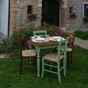 Leo Wooden Table + 2 walnut and 2 light green wooden with straw seat Chairs Set for home, restaurants, pizzerias, communities and bars Mobililar MI-SET-LEO 0