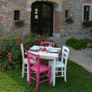 Pongo White Table + 2 white and 2 fuchsia wooden upholstered seat Chairs Set for home, restaurants, pizzerias, communities and bars Mobililar MI-SET-PONGO 0