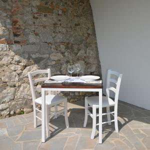 Set Ginger Tavolo + 2 Sedie imbottite in legno per casa, ristoranti, pizzerie, comunità e bar