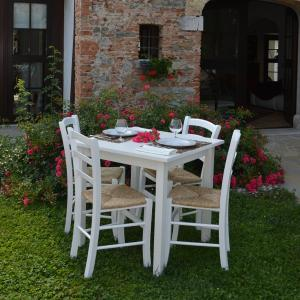 Dora White Table and 4 white wooden straw seat Chairs Set for home, restaurants, pizzerias, communities and bars Mobililar MI-SET-RUSTICO-BIANCO 1