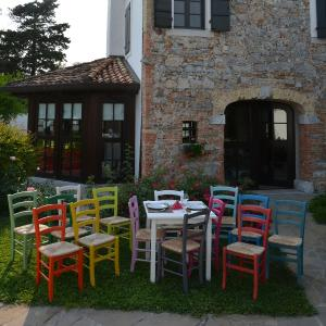Vera White Table and 4 Colored wooden straw seat Chairs Set for home, restaurants, pizzerias, communities and bars Mobililar MI-SET-RUSTICO-COLORE 1